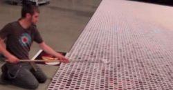Dieser Künstler füllt 66.000 Becher mit Wasser, als die Kamera herauszoomt, wird das Kunstwerk sichtbar…