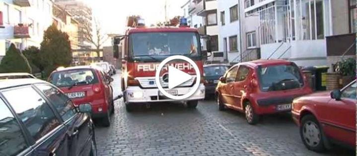 Einsatzweg versperrt: Feuerwehr rammt Autos zur Seite