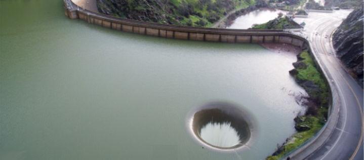Was die Drohne hier über dem See filmt, ist einfach unglaublich!
